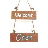 与欢迎和开放词的木标志 库存照片