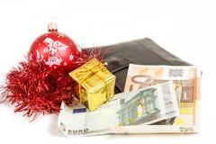 与欧元的钱包圣诞节礼品采购的  库存照片