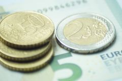 8,50与欧元硬币和钞票的欧元 图库摄影