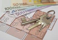与欧洲钞票和房子钥匙的体系结构计划 免版税库存照片