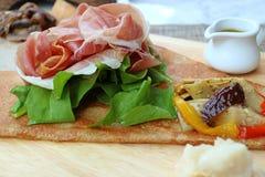 与欧洲风格的开胃菜绉纱新鲜蔬菜和乳酪的悦人的冷盘火腿  库存照片