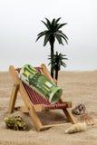 与欧洲钞票的海滩睡椅 免版税图库摄影