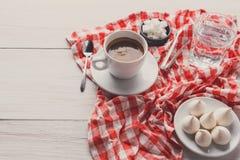 与款待的早晨咖啡在wh的时髦的方格的桌布 库存图片