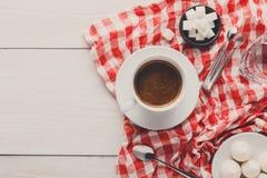 与款待的早晨咖啡在wh的时髦的方格的桌布 免版税库存图片