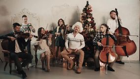与歌唱者的串五部合唱在屋子里执行音乐与圣诞节装饰 影视素材