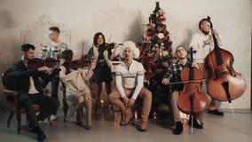 与歌手的串五部合唱在屋子里执行音乐与圣诞节装饰 股票录像