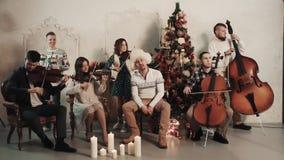 与歌手的串五部合唱在屋子里执行音乐与圣诞节风景 影视素材