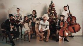 与歌手的串五部合唱开始使用在有圣诞节装饰的屋子里 影视素材