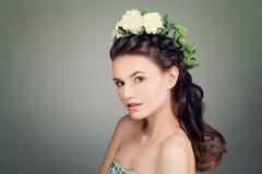 与正式舞会发型和春天花花圈的模型在B 免版税图库摄影