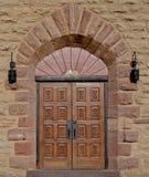 与正方形的华丽木教会门雕刻了盘区。 免版税图库摄影