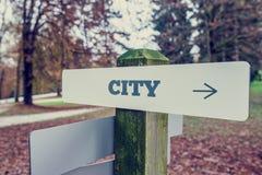 与正确的指向的箭头的城市路标 库存图片