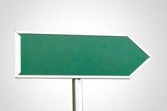 与正确的方向的空白的绿色标志 免版税库存照片