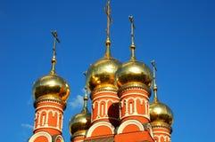 与正统十字架的金黄圆顶在蓝天背景在圣尼古拉斯,莫斯科,俄罗斯教会的芯片的 免版税库存照片
