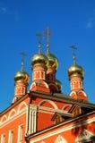 与正统十字架的金黄圆顶在蓝天背景在圣尼古拉斯,莫斯科,俄罗斯教会的芯片的 免版税库存图片