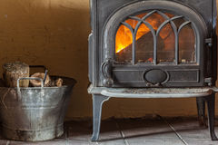 与此外橙色火火焰和木柴的壁炉 免版税库存照片