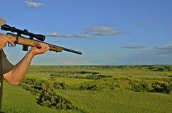 与步枪的猎人 免版税库存照片