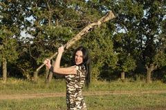 与步枪的美丽的妇女猎人 免版税库存照片