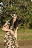 与步枪的美丽的妇女猎人 免版税库存图片