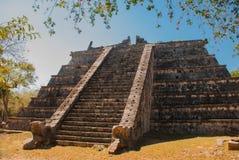 与步的古老玛雅金字塔 玛雅人老被破坏的城市 奇琴伊察,墨西哥 尤加坦 免版税库存照片