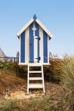 与步的纵向格式蓝色镶边海滩小屋, Filey,英国 免版税库存照片