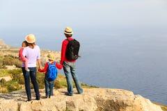 与步行在风景山的两个孩子的家庭 免版税库存图片