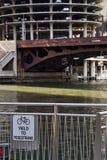 与步行标志的街市芝加哥河视图在riverwalk 库存照片