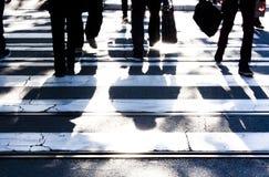 与步行者步入阴影的模糊的斑马线 库存图片