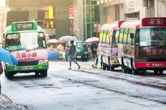 与步行者的街市汽车站,当台风Mujigae movin时 免版税库存照片