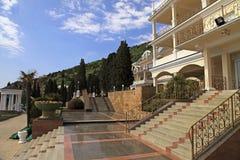 与步骤的避暑胜地别墅在scenary庭院里 免版税库存图片