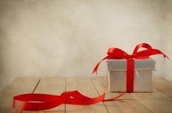 与残余丝带的被包裹的礼物 库存图片
