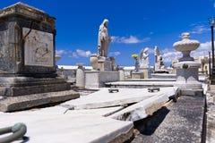 与残破的坟墓的雕象 库存照片