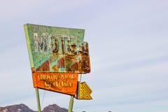 与残破的氖的减速火箭的汽车旅馆标志 库存图片