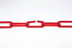 与残破的元素的红色链子在白色 库存图片