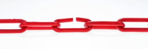 与残破的元素的红色链子在白色 库存照片
