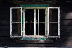与残破的单块玻璃的一老木wndow 库存照片