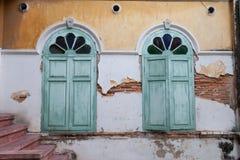 与残破的墙壁的Windows 库存照片