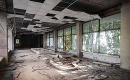 与残破的天花板的老走廊透视 库存图片