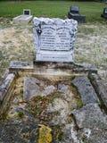 与残破的石头的坟墓 免版税库存图片