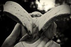 与残破的翼雕塑的天使 库存照片