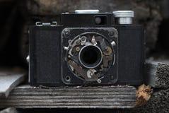 与残破的透镜的照相机 库存图片