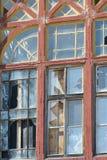 与残破的玻璃的窗架 免版税库存图片