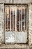 与残破的玻璃的老金属门 免版税库存图片