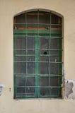 与残破的玻璃的老绿色窗口 免版税图库摄影