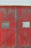 与残破的Windows的老木门 免版税库存图片