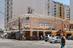 与殖民地样式建筑学的Streetcorner在繁忙的科帕卡巴纳 免版税库存图片