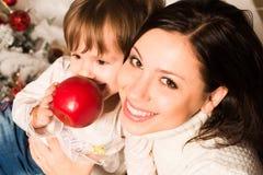 与母亲和dauther吃红色的家庭画象 库存照片
