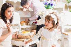 与母亲父亲和女儿的家庭画象 免版税图库摄影