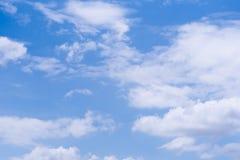 与每日云彩的蓝天 免版税库存图片