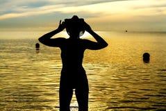 与比基尼泳装的妇女身体性感的标志剪影 库存照片