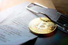与比尔Holderclose的金黄bitcoin硬币 库存照片